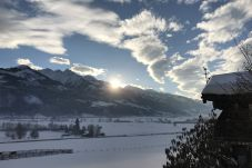 Sonnenuntergang über den österreichischen Alpen im Winter in Kaprun vom Balkon vom Mountain View apartment